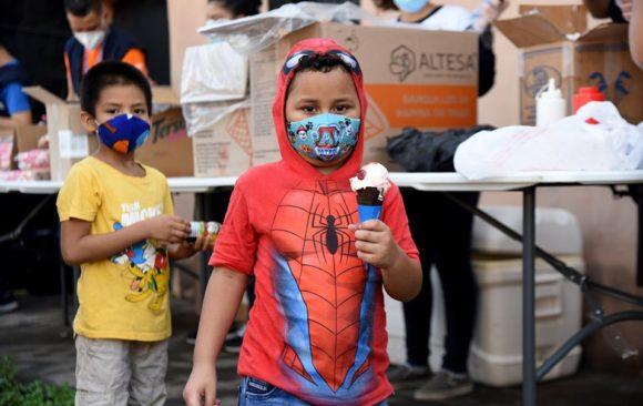 UNIVO entrega de sorbete, galletas y jugos a las niñas y niños de la Colonia Milagro de La Paz