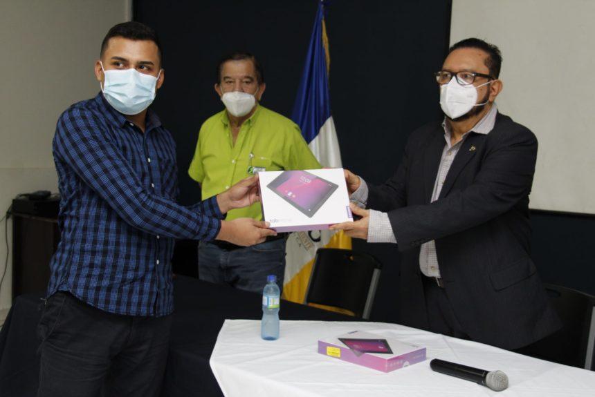 La UNIVO realiza entrega de tablet a estudiantes